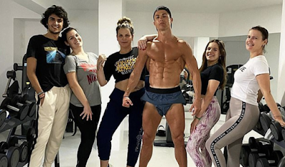 C-Ronaldo poses topless in the gym with sisters