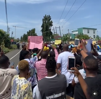 Zlatan Ibile leads the #EndSARS protest in Ghana [video]